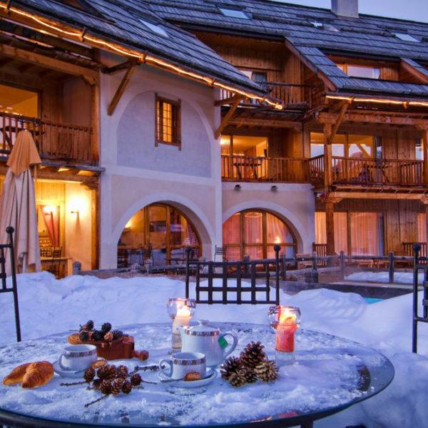 extérieur hiver hotel spa la ferme d'Izoard Paca